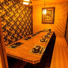 完全に仕切られたプライベート空間♪温かみあるオレンジ色の灯りと和を基調とした落ち着いた雰囲気の個室空間は接待などビジネスシーンにもおすすめです◎大門での宴会はお任せ下さい!!