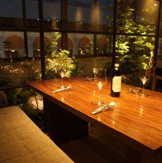 ゆっくりとしたソファーのテーブル席 お庭が眺められる贅沢な空間