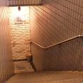 地下への階段をお進みいただくと当店がございます。