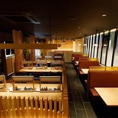 ダイニングのテーブル席は着席で56席、プロジェクター、大スクリーンも完備しております。結婚式2次会で、会議などでもご利用いただけます。立食パーティーでしたら70名様位までご利用いただけます。