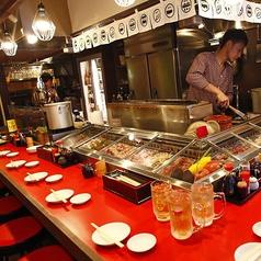 職人の調理を間近で見れるカウンター席はお客様の食欲をそそること間違いなし!備長炭で香ばしく焼かれる串焼きをぜひご賞味あれ!