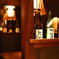 日本の伝統的な技巧や質感の感じる店内