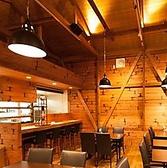 オープンキッチンのカウンター席もご用意。木のぬくもり感じる温かみのあるカウンター席でごゆっくりおくつろぎ下さい。