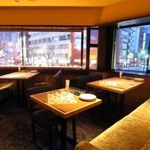 2階は、テーブル席・ソファー席で構成されています。席の連携など可能ですので、大勢予約など柔軟に対応いたします。