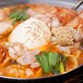 【当店の看板メニュー】炙りホルモン鍋(赤・白)はオーダー率90%のオリジナル鍋です。