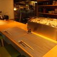 木の温かみを感じられるカウンター席もオススメです!新鮮な牡蠣や30種類の日本酒をご用意しておりますので、とくべつなひと時をお過ごしください。