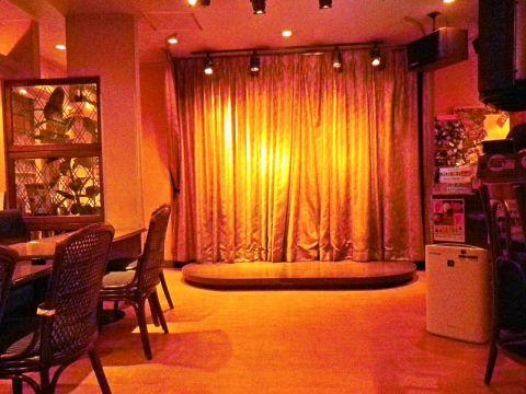 カラオケのステージがあるカラオケバー。食事もお酒も種類が豊富なのが自慢。