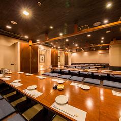 各個室をお繋ぎすると最大で60名様まで対応可能な完全個室としてご利用可能です(壁・扉あり)。広々とご宴会でお楽しみ頂けるお席です。会食、接待、お食事会、慶事、法事、お会社の各種御宴会などなど、様々なシーンに御利用頂けるお席です。こだわりのお料理とお酒をぜひごゆっくりお楽しみください。