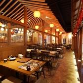【テーブル席】カジュアルで開放的な酒場の雰囲気が魅力!活気に溢れた雰囲気をお楽しみください★