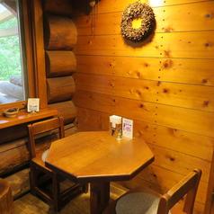 店内には4名様テーブルが6卓、2名様テーブルが3卓ございます。シーンに合わせてご利用ください♪