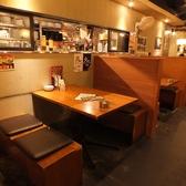 落ち着いた雰囲気のテーブル席です。東京駅・有楽町周辺でお店をお探しでしたら是非、ぽど丸の内店をご利用ください★2016年★楽しい飲み会・歓送迎会は是非当店で★本場韓国料理でおもてなし★本場韓国料理が楽しめる!2h飲み放題付き宴会コース4200円~ご用意♪アラカルト飲み放題は1800円で楽しめる◎