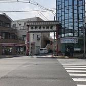 西新井駅より、こちらの西新井大師道を目指して真っ直ぐ進んでください。