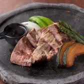 阿蘇溶岩焼きとは石焼きの一種で、溶岩を用いた焼き方法です。石焼とは違い、遠赤外線で焼いていくのでお肉の美味しさをがしません。お肉の甘さと柔らかさをご堪能ください。