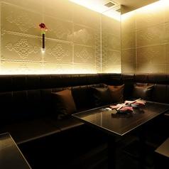 白を基調としたシックなお部屋。お店の一番角にありプライベートな雰囲気でご利用頂けます。
