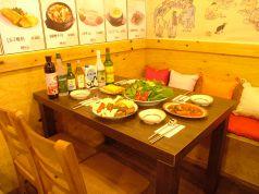 木のぬくもりを感じるテーブル席で韓国満喫