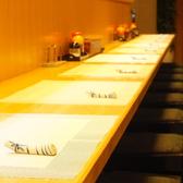 カウンターでも日本料理を楽しめます。雰囲気抜群の中で、新鮮なネタをどうぞ!