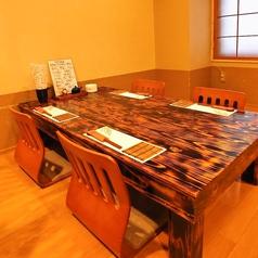 座敷テーブル席の4名席は3卓ご用意。仕切りをつけておりますので気兼ねなくお寛ぎいただけます。少人数での各種宴会、日本酒好きの集まりなどにおススメのお席です。