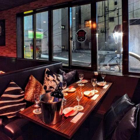 2F席はソファ&テーブルのダイニングスペース♪こちらの6名テーブルは合コンやご友人とのちょっとした飲み会にピッタリ♪誕生日や女子会でも人気のお席です☆