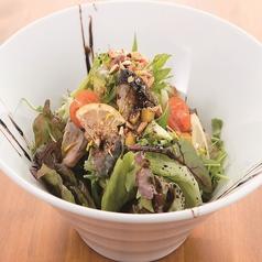 料理メニュー写真薫製さばの気まぐれ美人サラダ