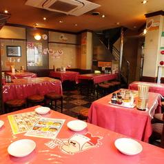 店内は中華料理店らしい赤を基調とした、明るい雰囲気。いたるところに創業時代から愛され続けたキャラクター「赤パンテの仔豚」があしらわれております!1Fも、10名様までのご宴会が可能ですので、少人数での飲み会などにぜひご利用ください!