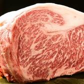 九州産の黒毛和牛。塊で仕入れ店内でカット、一番いい状態まで店内で熟成させるので美味しさが違います。また、名物の馬刺しも熊本直送のものをご提供。霜降りの馬刺しは、口に入れた瞬間にとろけます。他ではなかなかお目にかかれないような絶品のお肉を楽しめるのもつまみ菜ならでは。