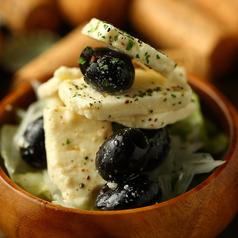 料理メニュー写真●フェタチーズのブラックオリーブ漬け