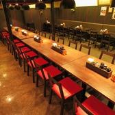 黒を基調とした店内です。お席は4名様~のテーブル席をご用意しております。テーブルをくっつけて12名様横並びもOK!