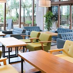ランチ、カフェ、ディナーすべてのお時間お楽しみいただける大人気のソファー席。醍醐味は夜カフェです★