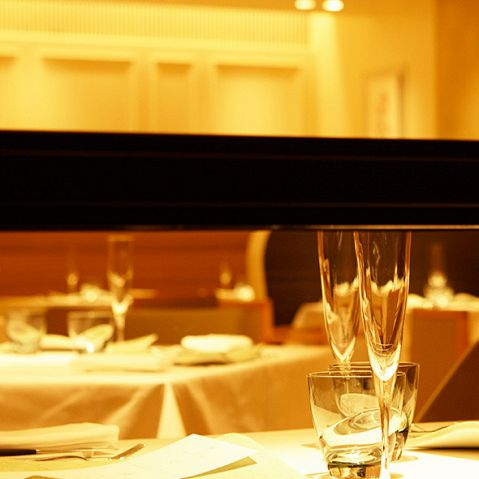 テーブルにはテーマカラーのペールブルーのスガワラのグラス類、有田焼のプレートが置かれ、品格を感じさせます。店名の「Air」には空気感を大切にしたいという想いを込めて。洗練された大人の空間で、ゆったりと至福のひとときをお過ごしください☆