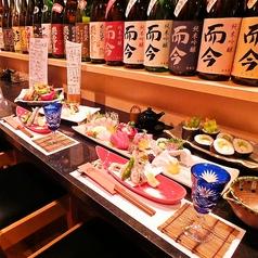 常連さんに人気のカウンター席。テーブルカウンターだけど掘りごたつのような、寛げる空間です。店主に、あなたに合った日本酒を選んで貰いながら、美味しい魚をお召し上がりください。