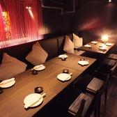 ◆10名様~14名様用個室テーブル◆数々の飲食店を手掛けたデザイナーによるおしゃれな空間★テーブル席は靴を脱がずに、おくつろぎ頂けます。女子会や合コン、接待やご家族様でのご利用など様々なシーンでご利用下さい。お得な飲み放題付のコースメニューを多数ご用意してお待ちしております。