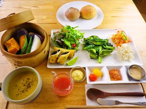 地元で獲れた野菜を使用したオーガニック料理。海を眺めながらゆったり味わえる。