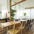 ◆テーブル◆テラス側のテーブルのお席。テーブルを繋げると1列で16名様程度ご着席頂けます。人数に合わせてレイアウトを変更致します。【横浜/みなとみらい/イタリアン/ワイン/ピザ/パスタ/夜景/貸切/パ2ーティー/誕生日/デート/個室】
