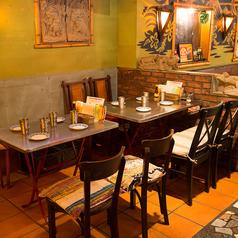 【2~4名様のお席】大きな広々とした4名席のテーブル席です。結合して8名様のお食事会などにもご利用頂けます。