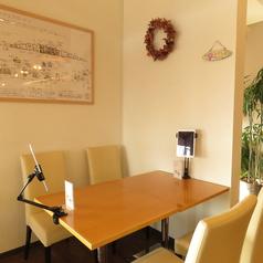 テーブル席はつなげられます。落ち着いた雰囲気はデートにもおすすめ◎