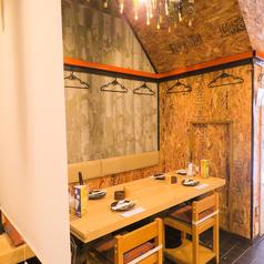 【1階】テーブル席。パーテーションで区切って半個室風に!