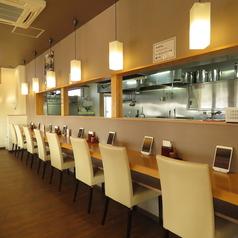 カウンター席は隣との間隔を幅広くとっております。窮屈に感じることなく、お食事をお楽しみ頂けます。