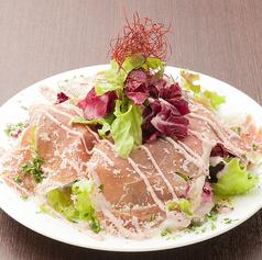 山盛り野菜とパルマ産生ハムのヴェズビオ風サラダ