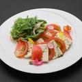 料理メニュー写真堅豆腐とトマトのカプレーゼバジル風味