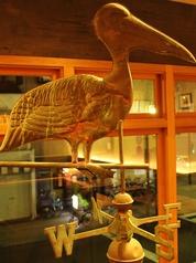 【お店の看板オブジェ】風見鶏風ペリカンのオブジェは、すべり台の上に。お店を象徴する、ペリカンです。
