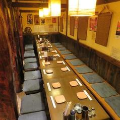 4名がけテーブルをつなげて、最大20名様までの利用も可能です。中規模な宴会に是非ご利用ください。