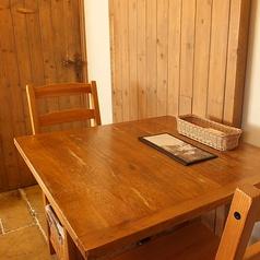 2名様の木製の綺麗なテーブル席です!落ち着いた店内でお食事をゆっくり楽しめます★おしゃれなランチとして◎