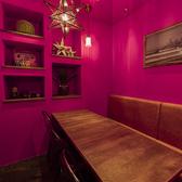 店内の一番奥にあるその名もPINK ROOM!半個室の部屋は最大6名様までご利用可能です。女子会・合コンなどに最適な空間を用意いたしました!