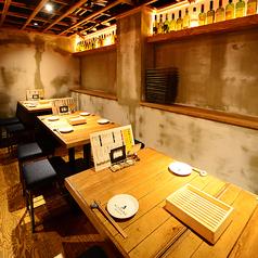 【禁煙】奥のテーブル席は4名様迄ご予約可能なお席を3席ご用意。最大15名様迄のお食事が可能です!会社宴会、ファミリー、合コン、誕生日会、女子会など様々なシーンでの使い勝手抜群です★KITSUNEの全てを詰め込んだ宴会コースもご用意♪※金・土・祝前日・祝日において、3名様以上のご予約はコースのみとさせて頂きます。
