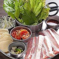 厳選した豚肉と新鮮な野菜を使用したのサムギョプサル