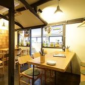 オシャレなカフェの様な木作りの空間。