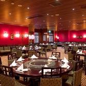 【3F:個室/貸切】モダン照明とガラスを効果的に使用したシックなテーブル席の会場。フレキシブルに可動する壁により20名様から100名様まで対応可能です。