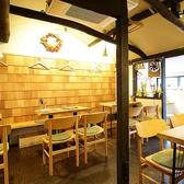 木作りの落ち着いた空間。4名テーブル席が3卓