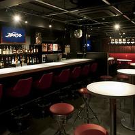 黒・赤・白で統一された昭和な内装