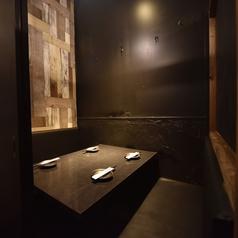 【コロナ対策も万全】2名~4名様用のゆったり完全個室当店は考えうる最大限の対策を実施しております。アルコール消毒箇所(営業時間の毎1時間ごと)→トイレ(営業前、営業時間中)、出入り口(取っ手部分)、カウンター、椅子、テーブル、メニュー帳はお客様が入れ替わる毎にアルコール消毒をしております。